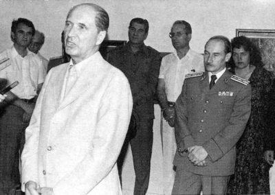 pag 143 Vernisajul expozitiei personale de la Galeriile de Arta ale Municipiului Bucuresti din 1983 vorbeste istoricul si criticul de arta Mircea Deac