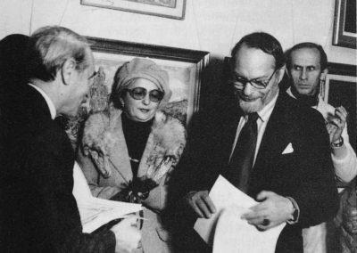 """Inmanandu-i istoricului si criticul de arta Radu Ionescu, in 1987, premiul si diploma pentru critica de arta """"Francisc Sirato"""""""